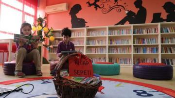 Mahalle el ele verdi okul kütüphane kazandı