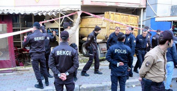 Freni boşalan kamyon kahvehaneye daldı: 2 ölü, 6 yaralı