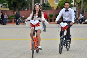 Bisikletli gelin damat konvoyu