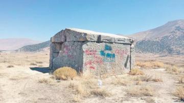 Anıt mezara kazmalı ve spreyli vandallık