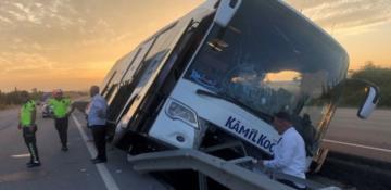 Yolcu otobüsü kaza yaptı: 40 yolcu ölümden döndü!
