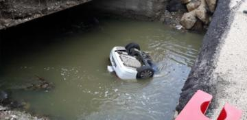 Bolu'da otomobil dereye düştü!