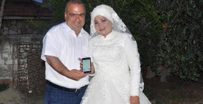 Böyle evlilik görülmedi! Ellerindeki telefon olmasa…