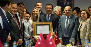 İBB Başkanı İmamoğlu mazbatasını aldı