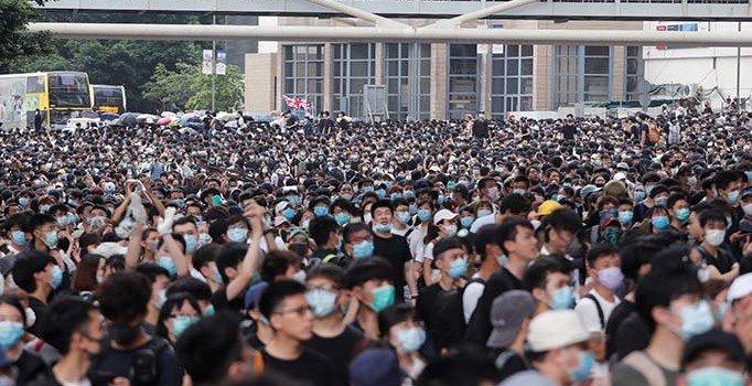 HongKong'da 'suçluların iadesi' yasa tasarısı ertelendi