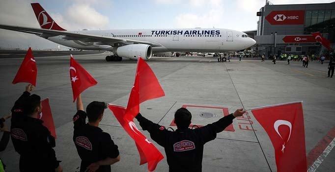 A Milliler havalimanında bayraklarla karşılandı