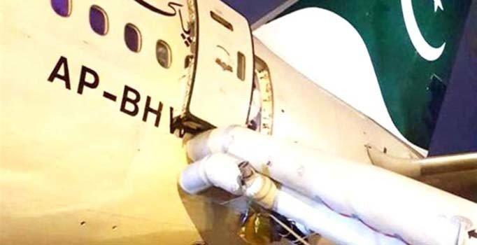 Uçağın acil çıkış kapısını tuvalet sanan yolcu rötara sebep oldu