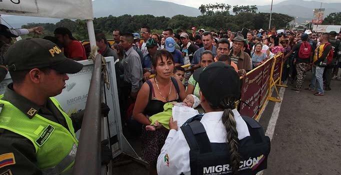 Kolombiya polisi, Venezuelalı göçmenleri engellemek için köprü söküyor