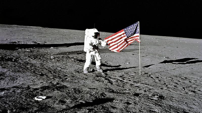 Ay'a ayak basılan anın görüntülerine rekor fiyat