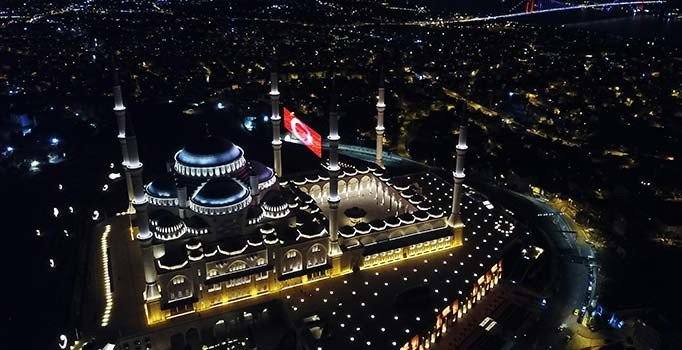 Çamlıca Camii'nde 15 Temmuz'a özel dev LED Türk Bayrağı