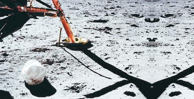 Ay'ın yüzeyi 18 milyon kilogramı aşkın çöple kaplı