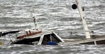 Endonezya'da tekne alabora oldu: 2 ölü