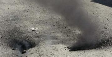 Yerdeki çatlaklardan çıkan duman paniğe neden oldu